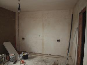 ložnice po fajnových omítkách, ale elektrikáři zapomněli na světla
