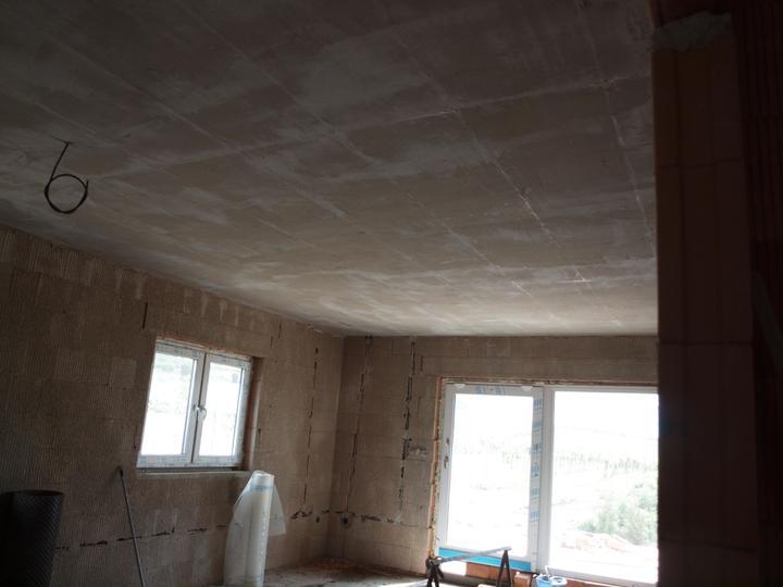 Domeček pokračování vnitřku, jak šel čas - strop v obýváku natáhlé lepidlo, 55m2