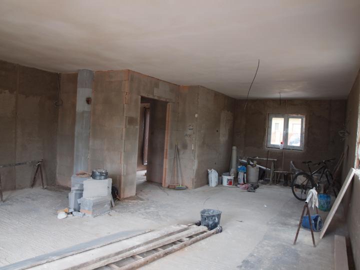 Domeček pokračování vnitřku, jak šel čas - v obýváku hotový strop, to si Dušan mákl, udělal sám za jeden den
