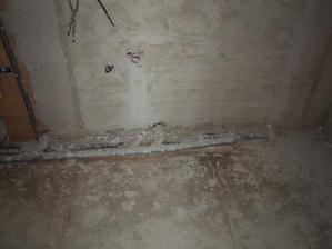 ložnicová koupelna, vlevo wc, uprostřed umyvadlo, vpravo sprcha