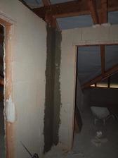 perlinka na trámech v chodbě podkroví