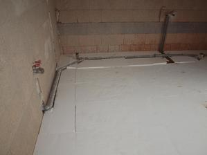 vyrovnání podlahy v horní koupelně, moc se s tím nemazlili a spád nespád na odpad, museli sme opravit