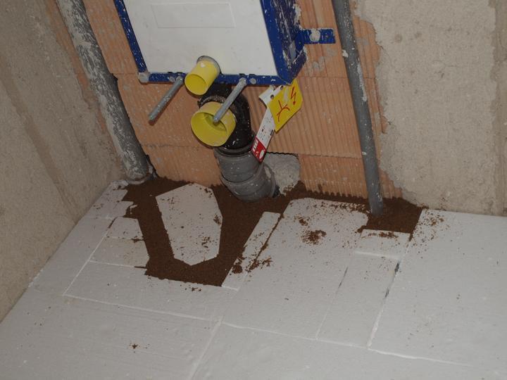 Wc v koupelně, jen po montáži yáchodu je jeho výška 50cm od podlahy, tak snad nebudeme muset dělat stupínek :.D