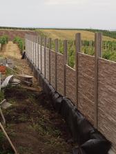 pomalu zahrnuji hlínou a ještě musíme doplnit půlku do plotu