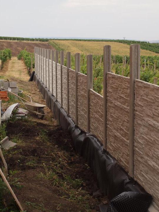 Zahrada - pomalu zahrnuji hlínou a ještě musíme doplnit půlku do plotu