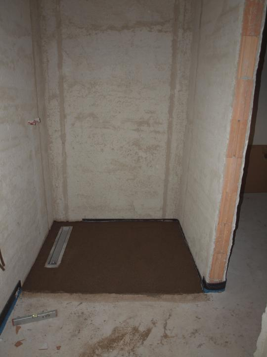Od návrhu k realizaci koupelny - Žlab ve sprše, muselo se dobetonovat, ve sprcháču je topení
