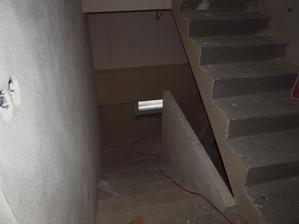 zadělané odpadní trubky z koupelny do sklepa pomocí sádrokartonu a natáhlé lepidlo