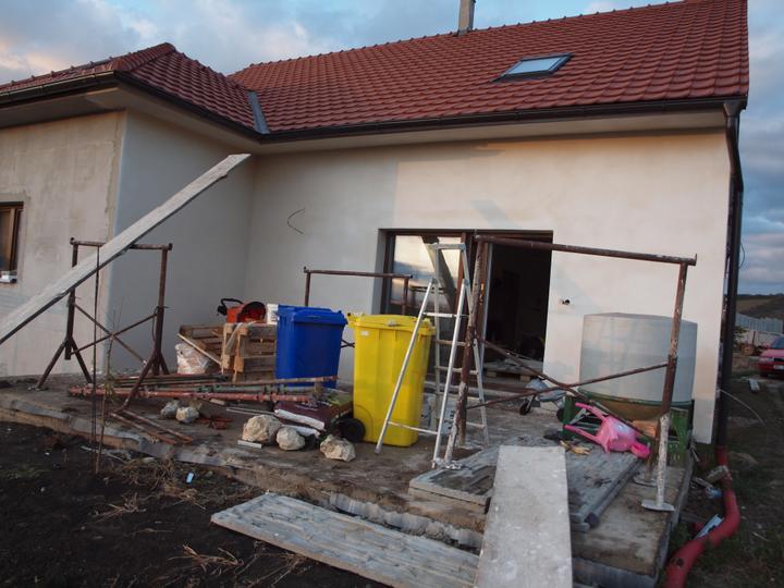 Zítra ještě druhá stěna u ložnice, uklidit ten bordel na terase a po vyschnutí položit dlažbu a můžem dělat pergolu