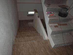 hotová dlažba na chodbě i schodech do sklepa