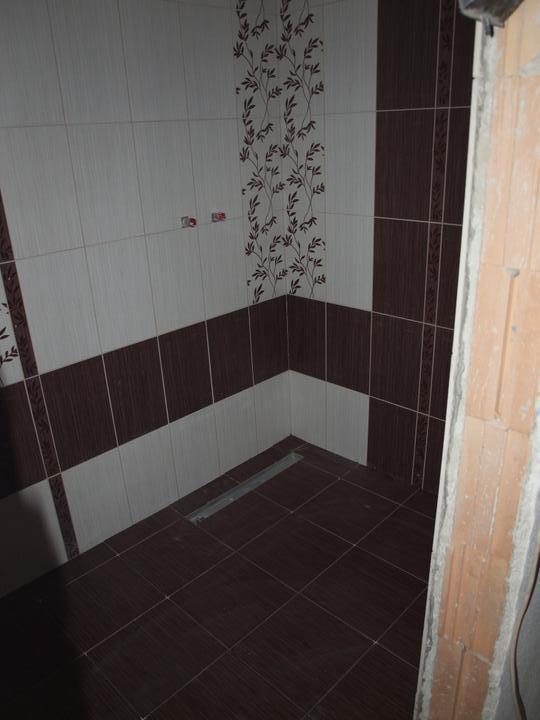 Od návrhu k realizaci koupelny - včera zaspárováno a dnes položená dlažba