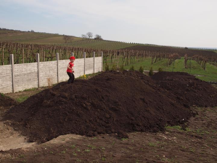 Zahrada - vodaři navezli hlínu, ještě ji musí rozhrnout, aby naváželi dál