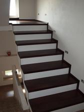 schody jsou konečně obložené, chudák pán, chytli ho záda a my museli dloouho čekat na dodělání, ale výsledek stojí za to