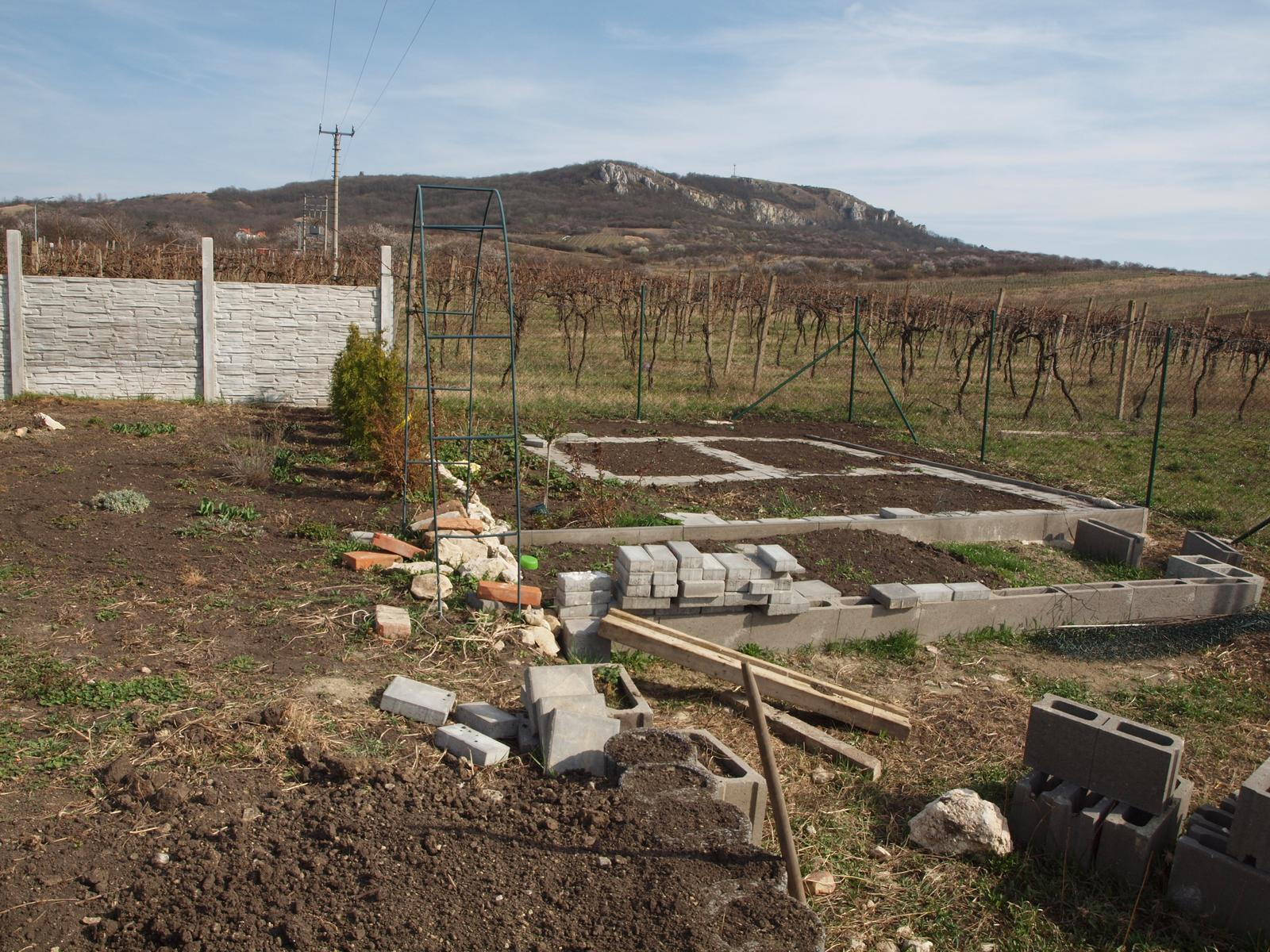 Zahrada - ještě trochu rozšířený záhonek na jahody a bylinky