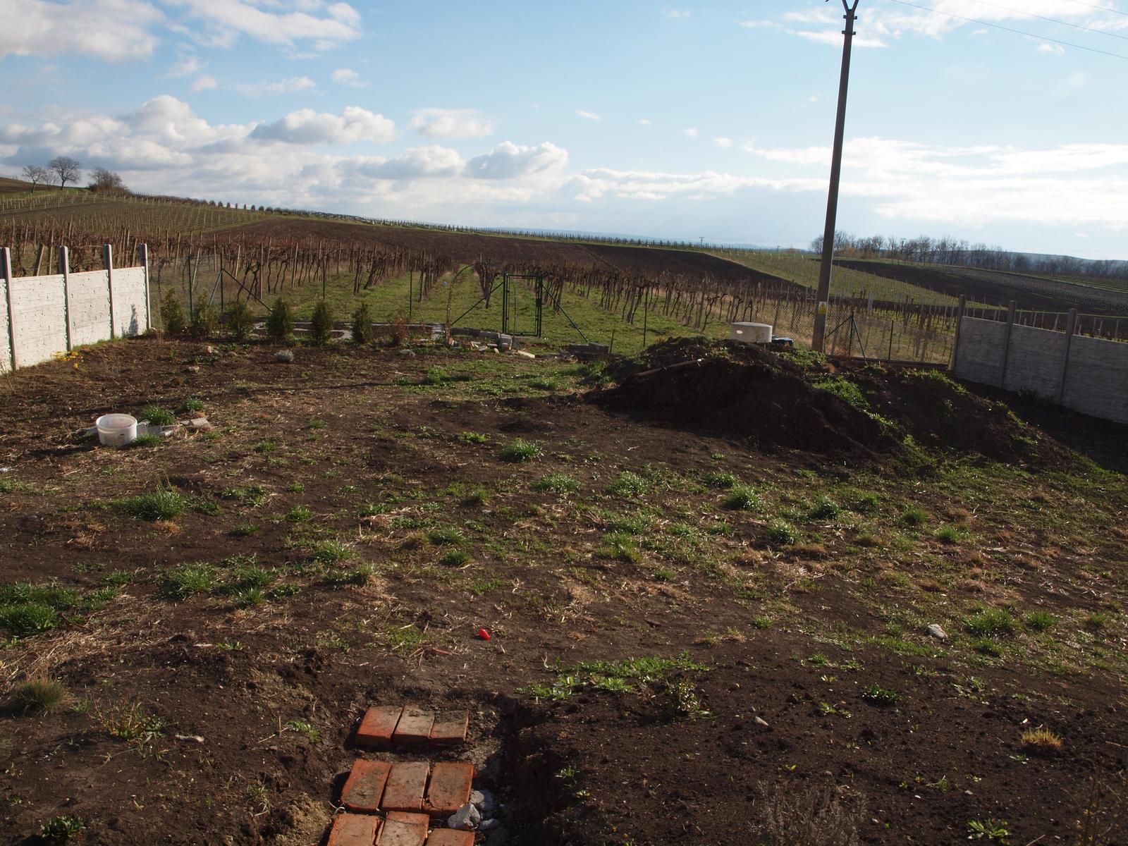 Zahrada - už zbývá jen malá fůra na rozhrnutí