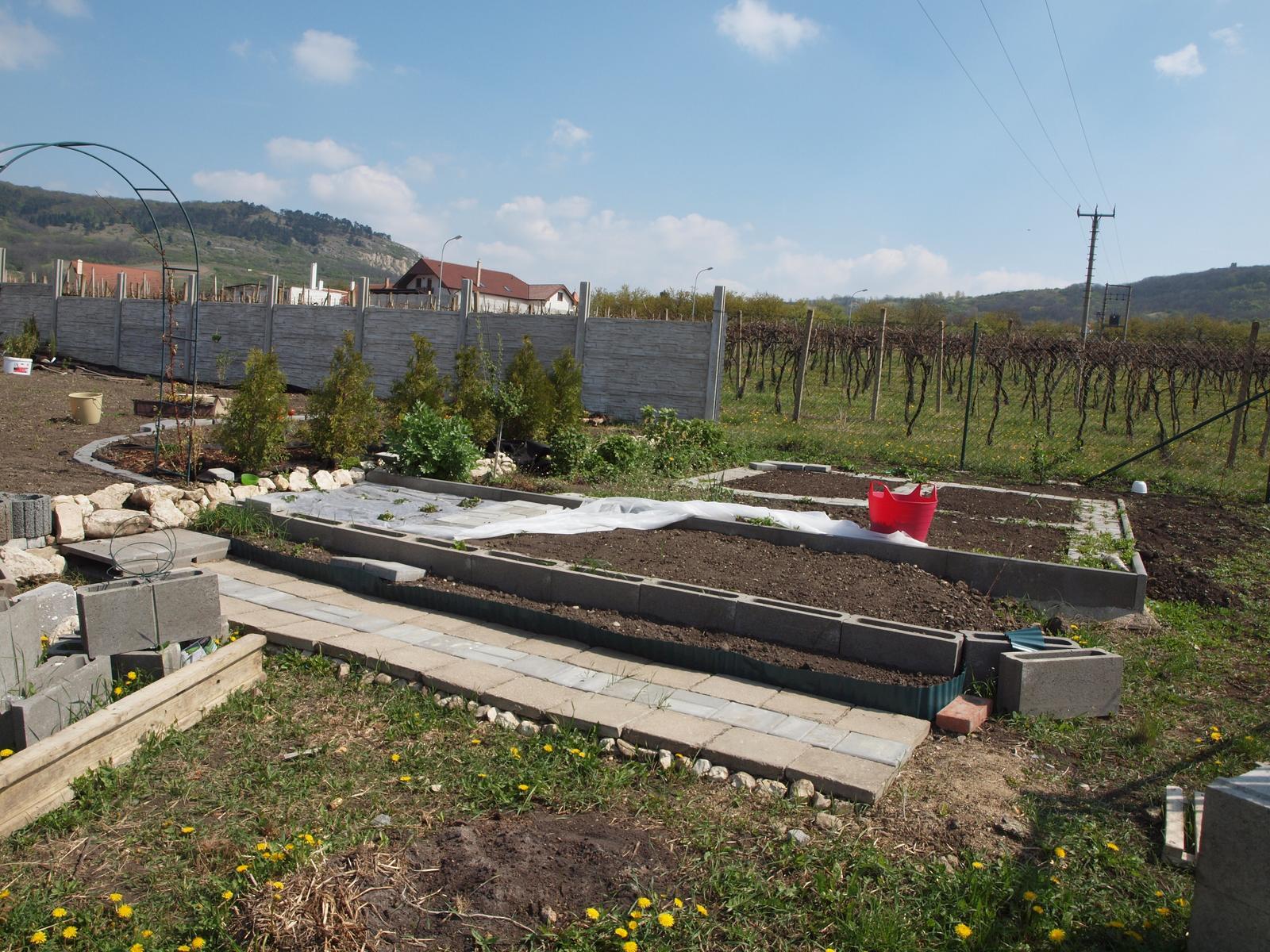 Zahrada - ještě protáhnu chodníček a zavezu hlínou zbytek záhonku
