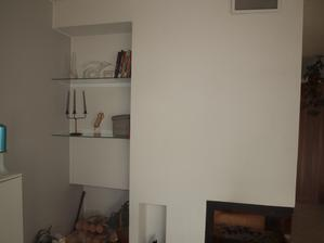 ještě desku nad dřevo, rozmýšlím se, jestli bílou nebo skleněnou