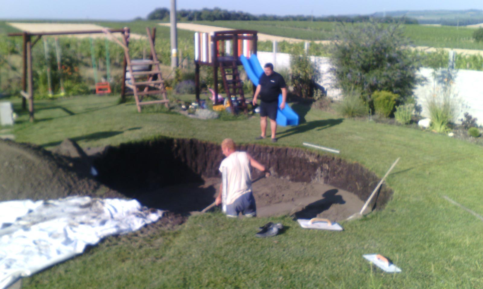 Bazén na zahradě - nakonec dno betonujeme