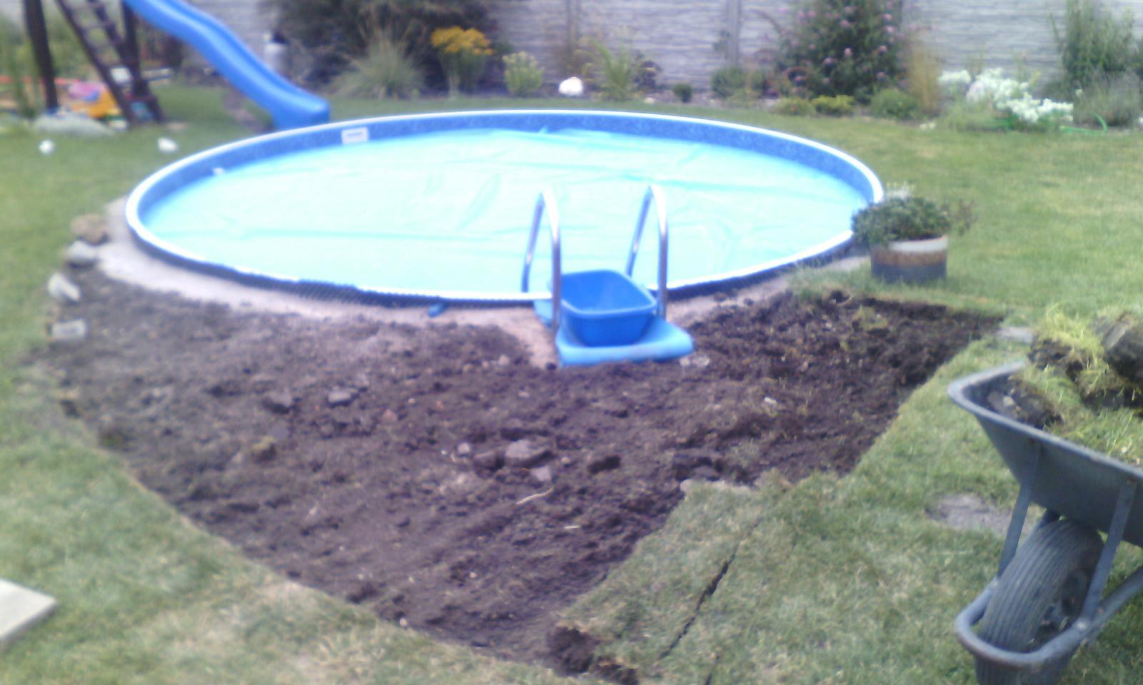 Bazén na zahradě - odrývám trávu