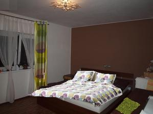možná raději kobereček fialovorůžový, poradíte mi prosím, co na zeď?