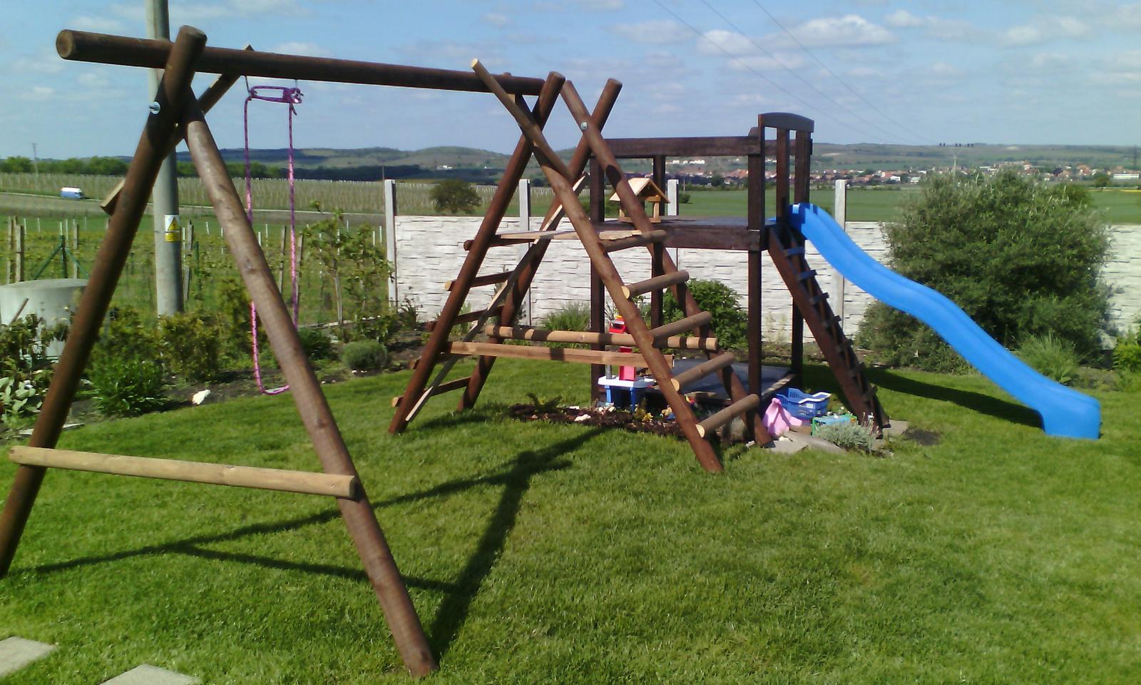 Děti na zahradě, kde si budou hrát? - mimo koupací sezonu, pak se skluzavka posunuje na podestu u houpaček