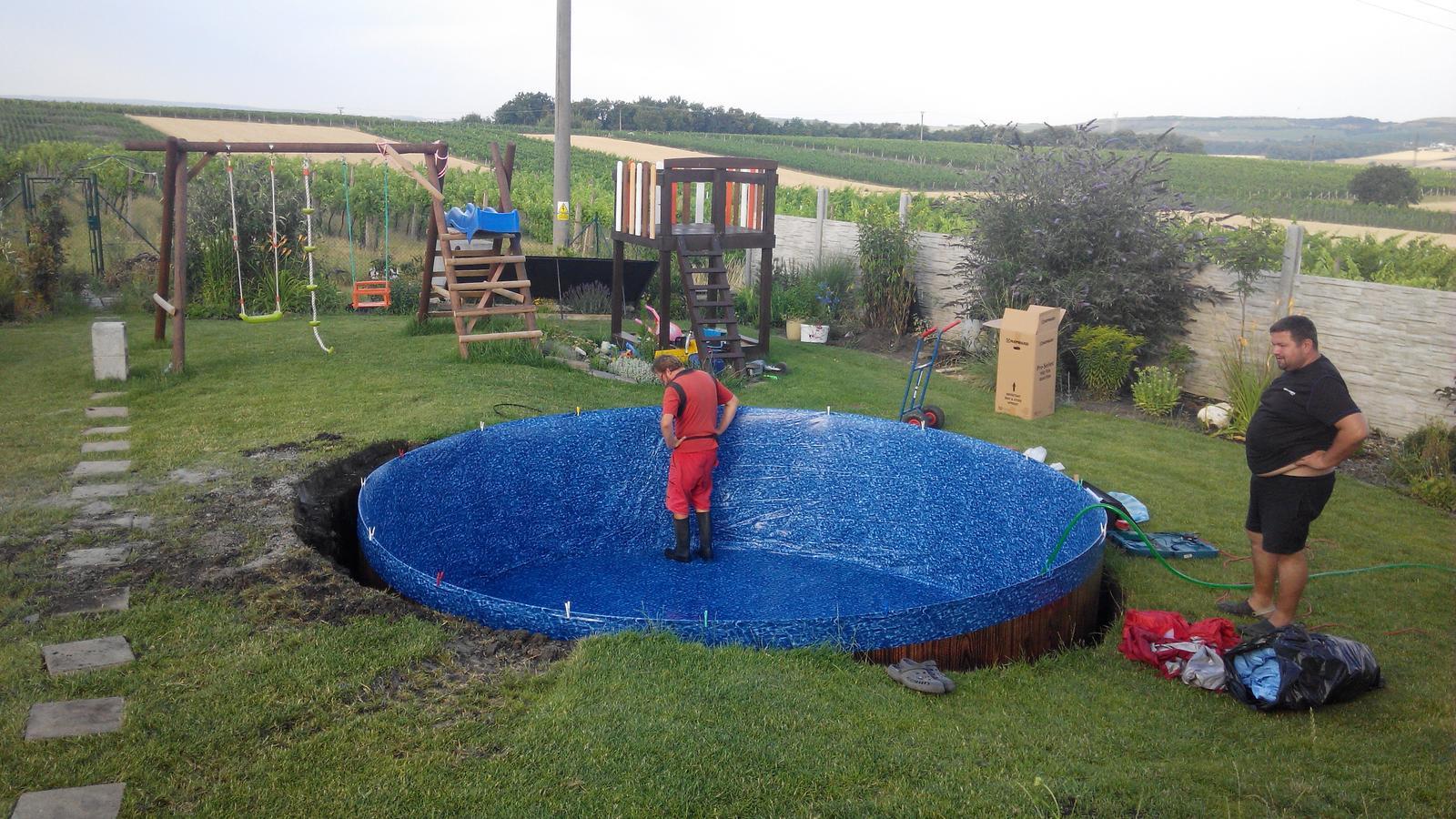 Bazén na zahradě - první folie bzla špatná, tak znovu natáhli druhou