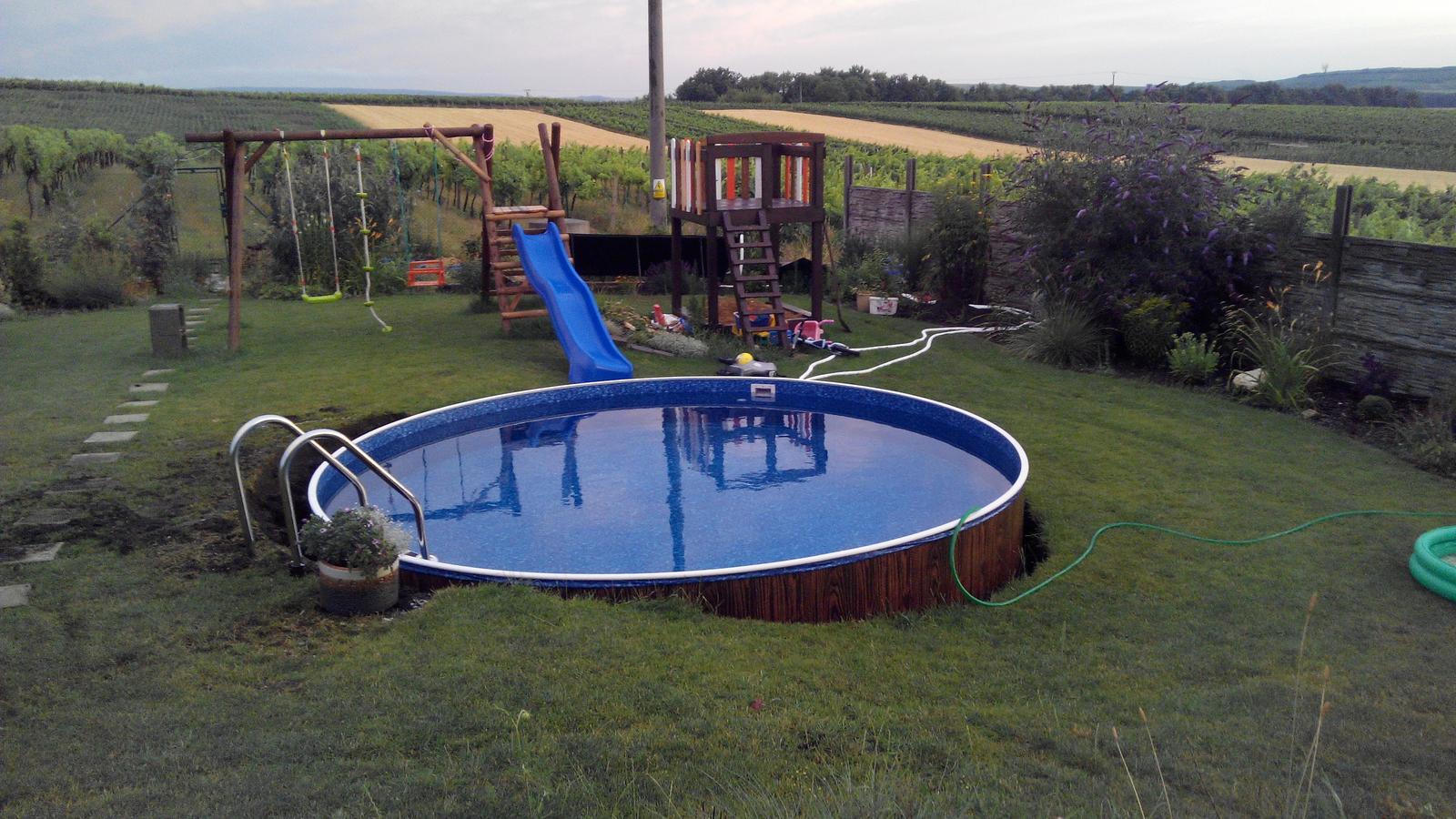 Bazén na zahradě - cca v 8,30 bylo hotovo a napouštěli jsme