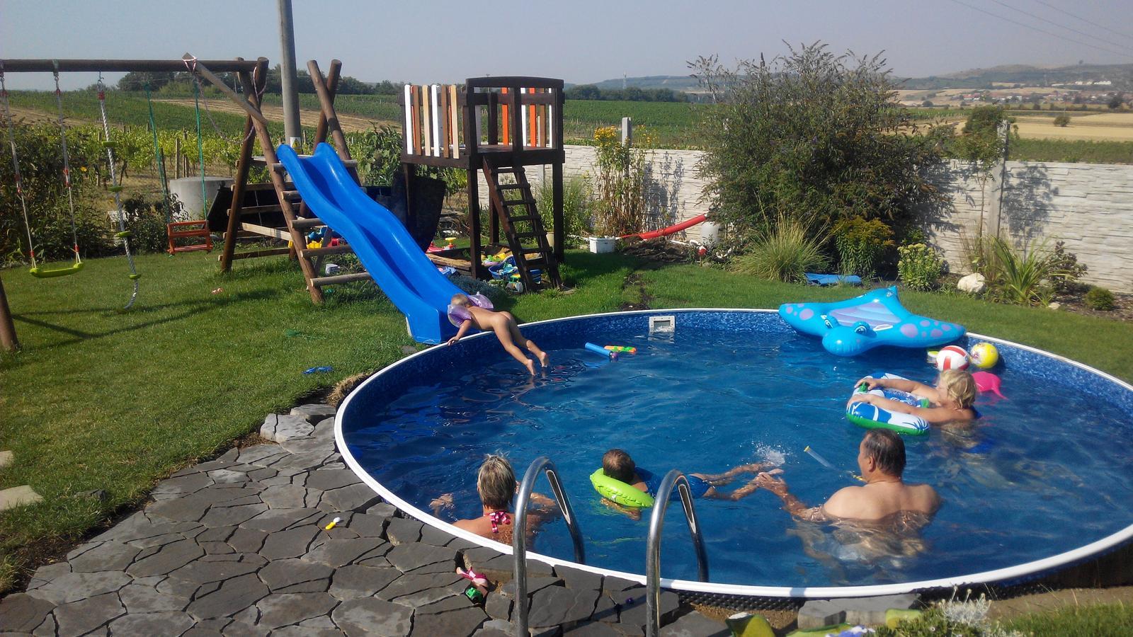 Bazén na zahradě - v plném zápřehu celé loňské léto