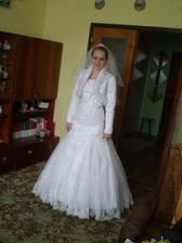 moje šaty aj s bolerkom a závojom :)