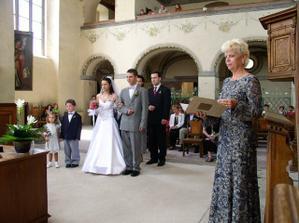 .. pí. Fousková představuje nevěstu a ženicha starostce města (naše bývalá učitelka :-))