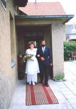 .. a takhle před 16 lety vedl můj taťka sestru.