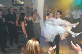 ...a takto ma odniesol môj drahý manžel naspäť k ostatným svadobčanom :)