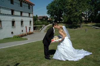 Ženich dostává svatební koláč