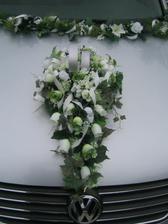 Ozdoba na auto, ale asi bez těch prstýnků. Opět bílé růže.