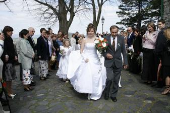 Nevěsta jde špalírem