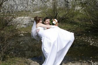 Ženich chce nevěstu hodit do jezírka!