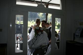 Ženich nese nevěstu přes práh