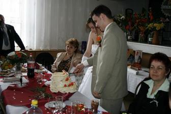 Krájení novomanželského dortu