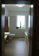 """Koupelna v """"klidové"""" části domu - obklad Rako DEFILE, sanita Laufen, doplňky TESCO, IKEA, zrcadlo sklenář na míru, skříňky stolař na míru"""