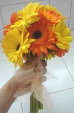 Návod ako si spraviť takúto kytičku: http://www.flower-arrangement-advisor.com/yellow-gerbera-bouquet.html