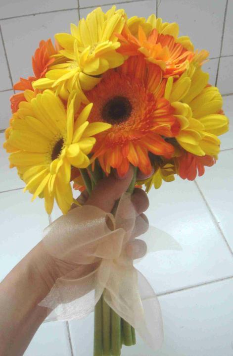 Naša svadba - Návod ako si spraviť takúto kytičku: http://www.flower-arrangement-advisor.com/yellow-gerbera-bouquet.html