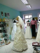 Já ve svatebních šatech