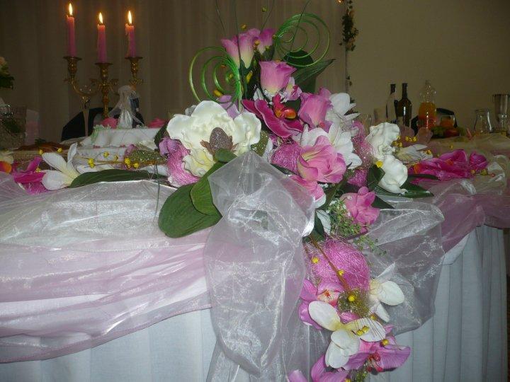 Ikebana na hlavnom stole...