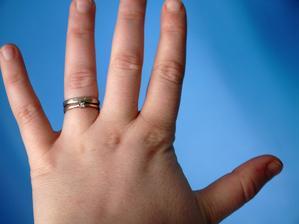 že by takhle? prstýnek je po ženichově babičce, počítáme s úpravou. Ale nevím, takhle vypadá taky zajímavě.