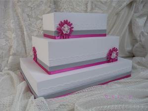 Papírový dort na svatební přání od hostů.
