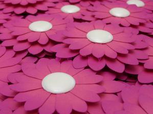 Papírové gerberky na dárečky pro hosty, budou sloužit zároveň jako jmenovky.