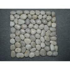 chcem nejaku mozaiku na sedu stenu z bielych kamienkov