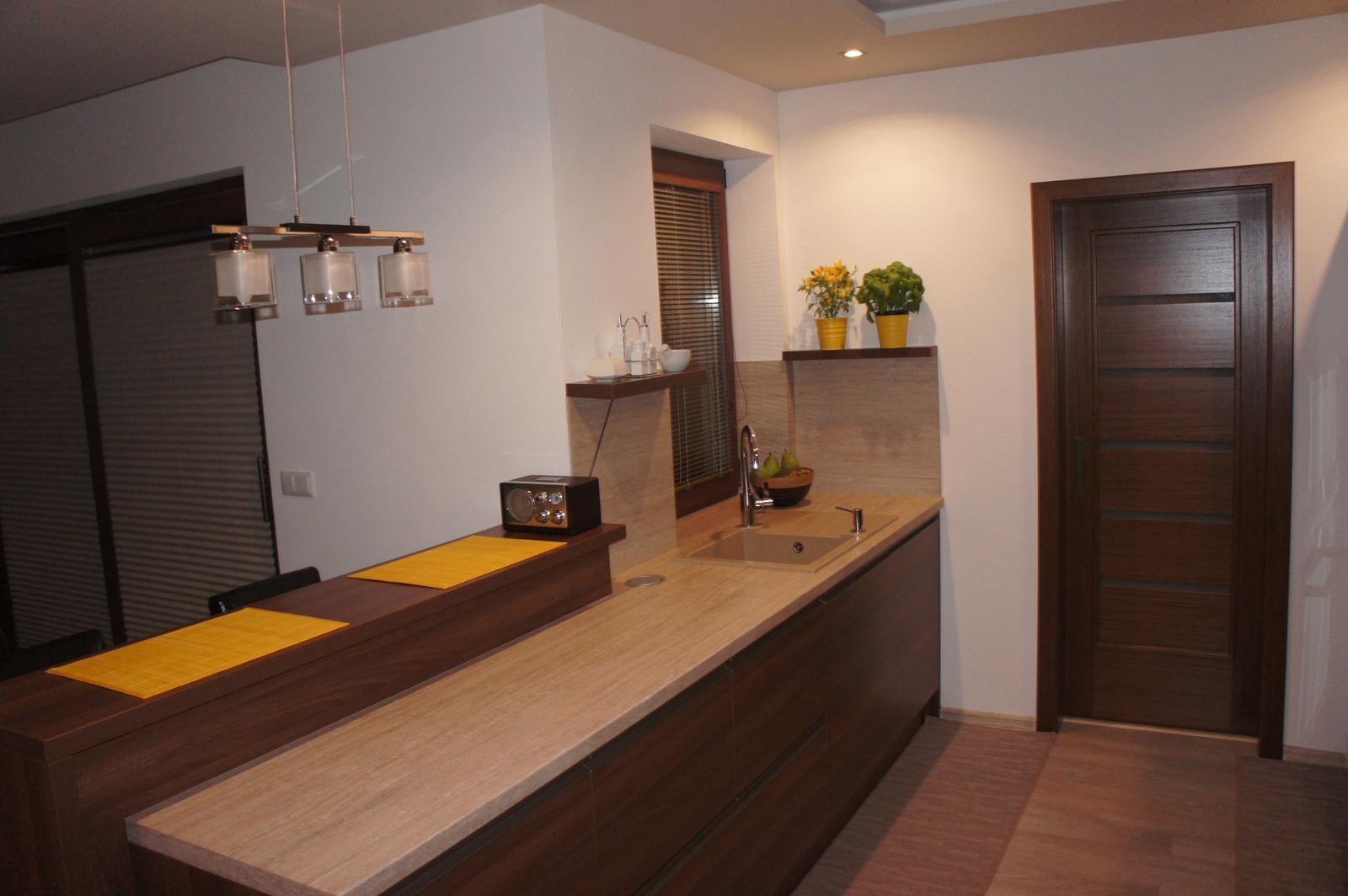 Naše bývanie :-) - moja vysnívana kuchyňa plus v tých dverách zásuvných špajza... hneď po ruke :-)