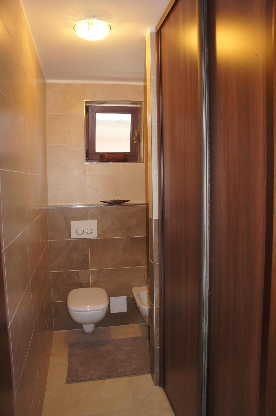 Naše bývanie :-) - Wc zmenené oproti projektu kde bolo bez okna... síce väčšie, ale zmestila sa vstavaná skriňa na uteráky i vysávač :-)