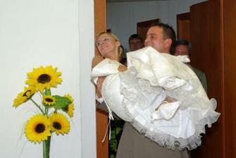 Prenesenie nevesty cez prah sály, uz mame po..., mozme sa zabávať