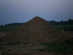 Na parcele se nám usídlil velký krtek a zanechal zde velkou krtinu